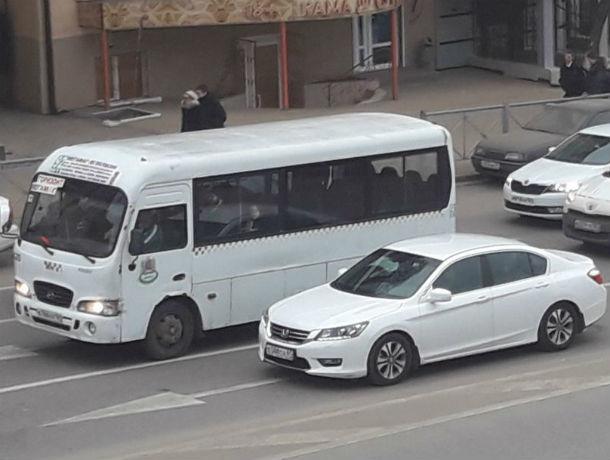 Охамевший от безнаказанности ростовский маршрутчик попросил пассажирку на выход на полном ходу