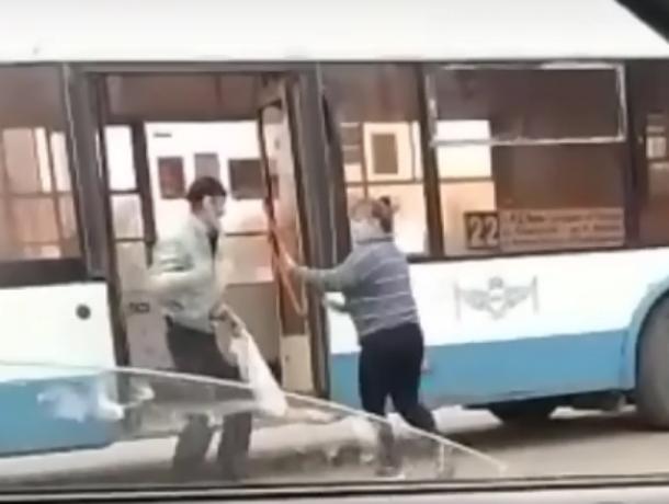 Ростовчане засняли на видео, как женщина-водитель троллейбуса дала отпор буйному пассажиру