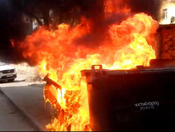 Горожане спасали из адского пламени машины автохамов до приезда МЧС в Ростове