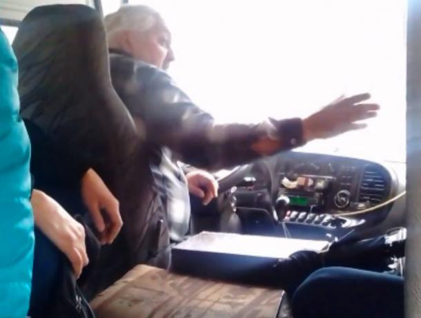 Нервы невыдержали: курящий шофёр маршрутки выгнал возмутившихся пассажиров напроезжую часть