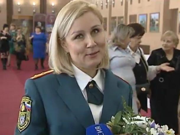Хрупкой блондинке в погонах губернатор вручил мужской знак отличия «За ратную службу»