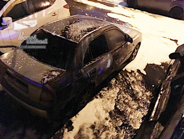 Две иномарки вспыхнули как факел на Левенцовке в Ростове