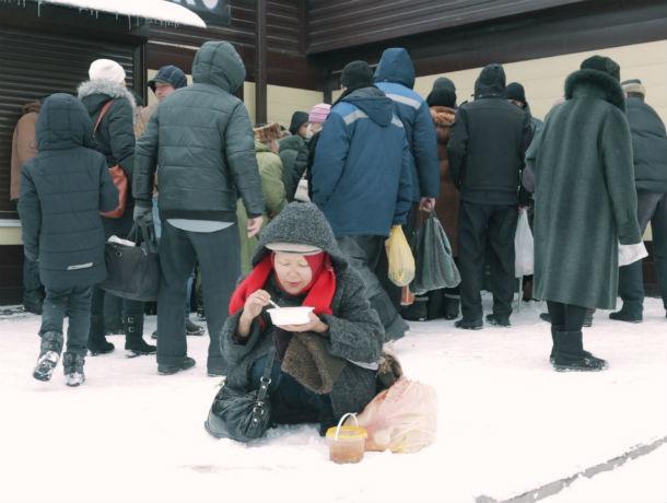 Бездомные и обездоленные ростовчане благодарят добровольцев за горячий обед и теплую одежду