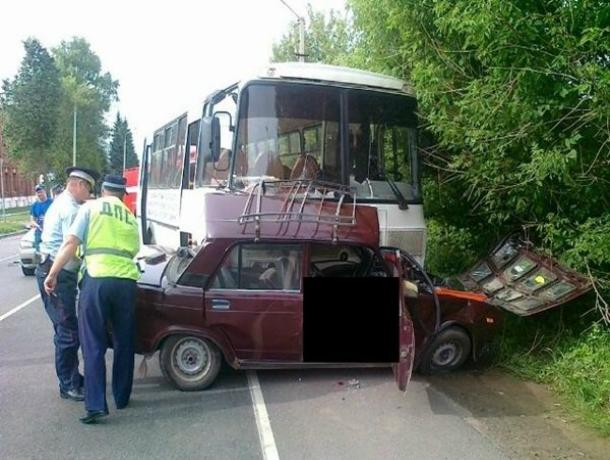 Смертельное ДТП с выскочившим наперерез автобусу ВАЗом произошло в Ростовской области