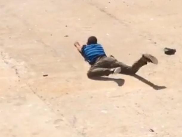 «Мама, меня плющит»: задержание купающегося на бетонной набережной наркомана попало на видео в Ростове
