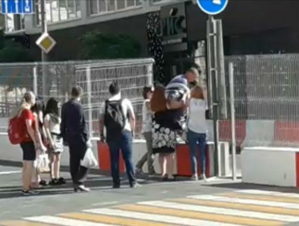 Смелые ростовчане прыгали через бетонный забор, возникший на месте пешеходного перехода