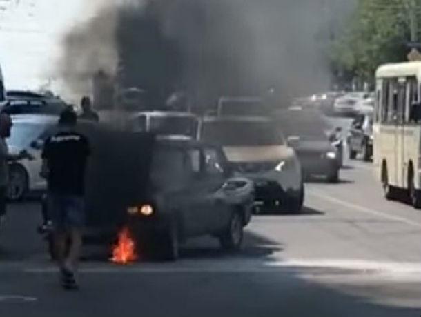 Адская жара воспламенила едущий по центру Ростова автомобиль