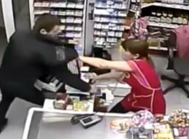 Громкими криками женщина помогла задержать вооруженного преступника вРостовской области