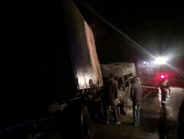 Натрассе «Дон» маршрутка врезалась в«КамАЗ», погибли шестеро