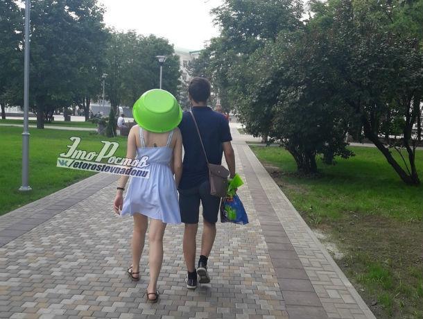 Стильный зеленый тазик на голове влюбленной ростовчанки спасал от жары и дарил хорошее настроение