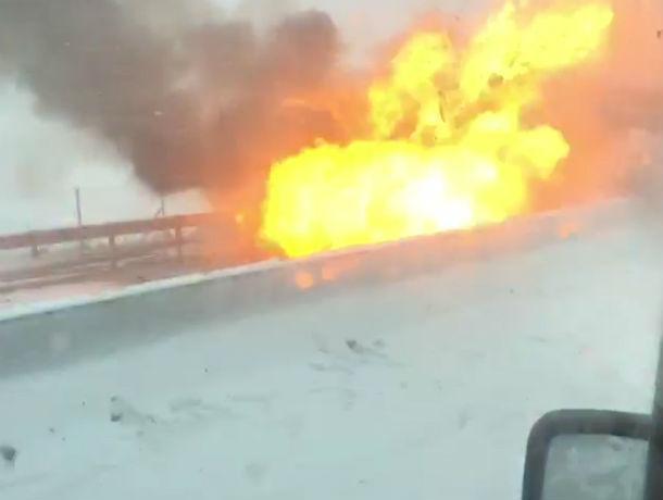 Взорвавшаяся легковушка на трассе под Ростовом чуть не поджарила очевидца на видео
