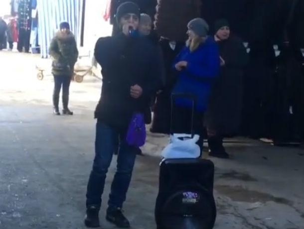 Раскрепощенный торговец талантливо заманивал покупателей в торговую палатку в Ростове