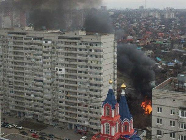Мощный пожар полыхнул в частном секторе на Западном в Ростове