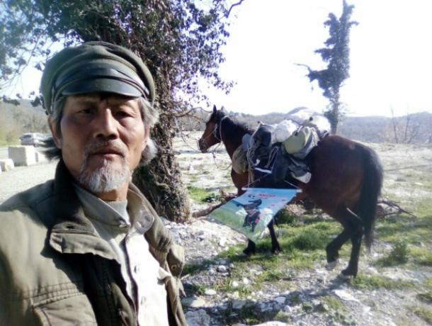 Сигналить потише его коню попросил оказавшийся в Ростове китайский пилигрим Цзин Ли