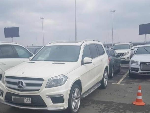 Ставший заложником парковки ростовского аэропорта «Платов» пассажир на «Форде» попал на видео