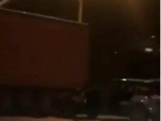 Жестко покалечившая своих пассажиров о фуру легковушка в Ростове попала на видео
