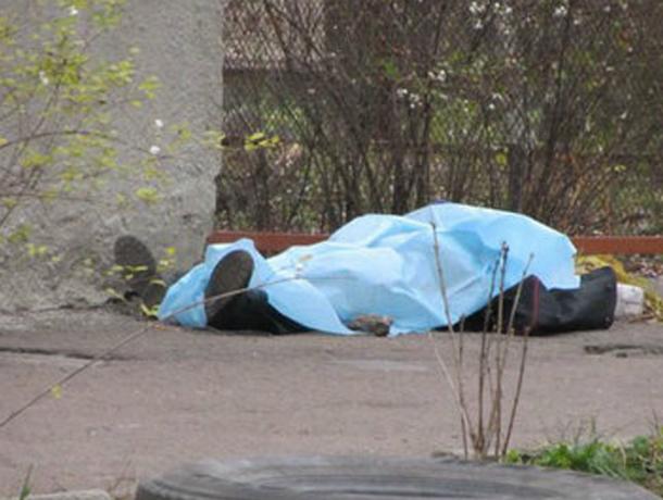 Собиравшиеся на работу жильцы многоэтажки наткнулись в своем дворе на труп мужчины  в Ростовской области