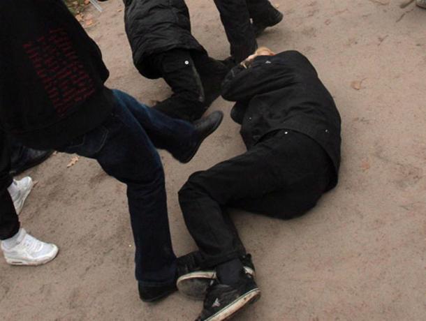 Хулиганы до полусмерти избили прохожего и бросили его посреди улицы в Ростове