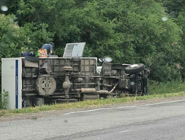 В Ростовской области на трассе перевернулся автозак с заключенными