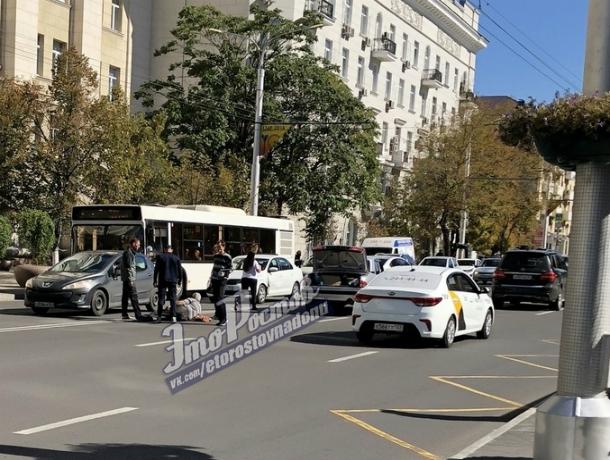 Легковушка сбила мужчину у здания областной администрации в центре Ростова