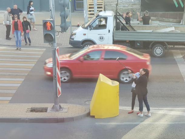 Жизнь за красивое селфи: ростовчане осудили красоток, делавших снимки на оживленной дороге