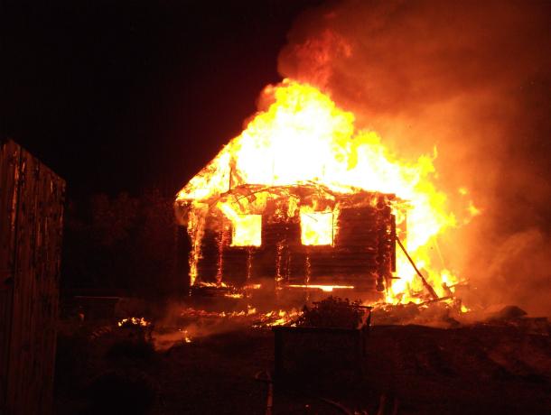 Мужчина получил смертельные травмы во время пожара в частном доме в Ростовской области