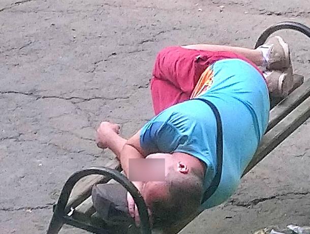 Уснувший на лавочке «не дождавшийся» романтик развеселил жителей Ростова