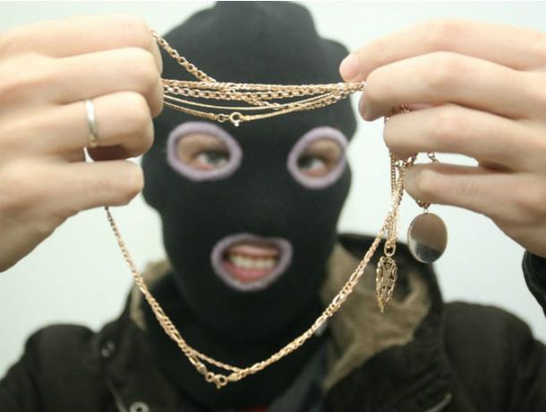 Дорогие золотые украшения похитил злоумышленник в Ростовской области