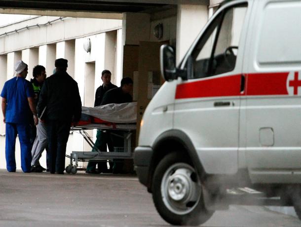 Один человек погиб и еще восемь получили травмы в страшном лобовом ДТП в Ростовской области