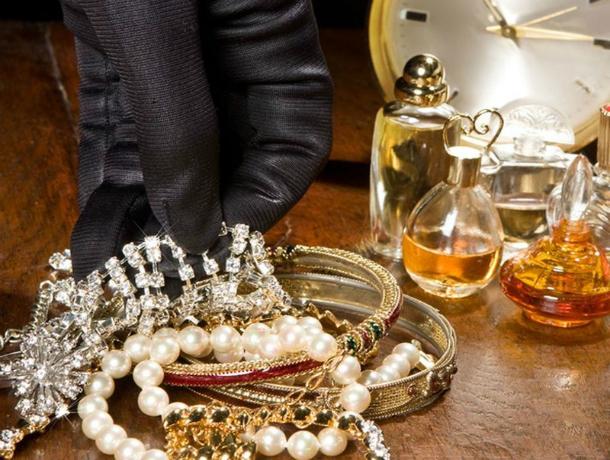 Гость вынес изквартиры ростовчанки золота на 400 тыс. руб.