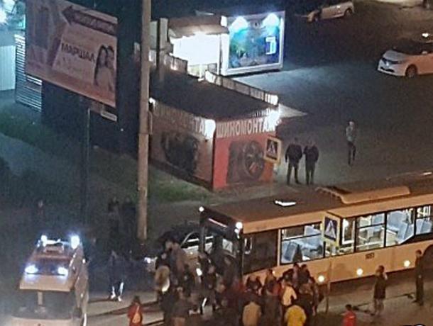 Ослепленный фонарем водитель автобуса снес семью с коляской на пешеходном переходе Ростова