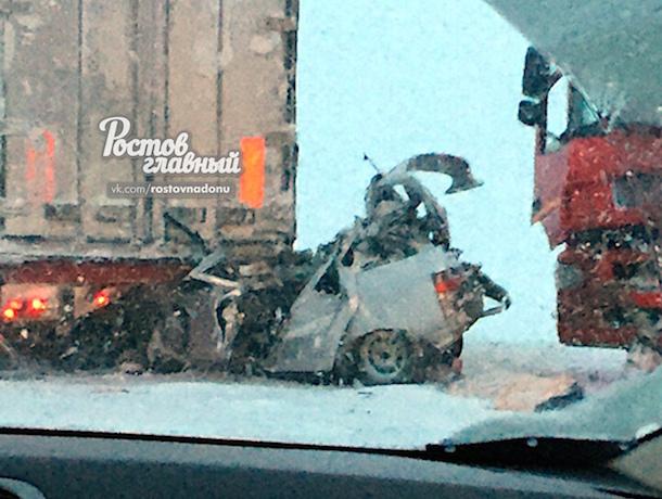 ДТП на трассе «Дон»: машина врезалась в фуру и «ушла» под нее, погибла женщина