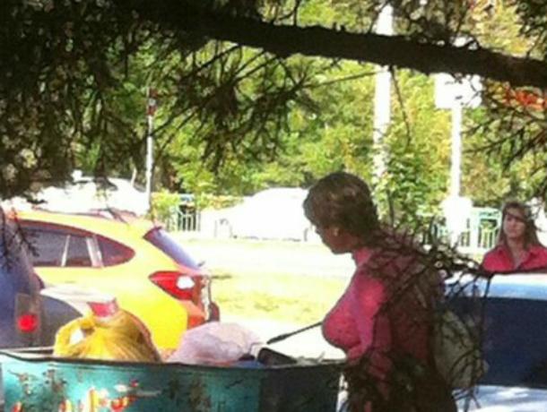 Переодетый в женщину мужчина с накладной попой «искал помаду» на помойке во дворе Ростова