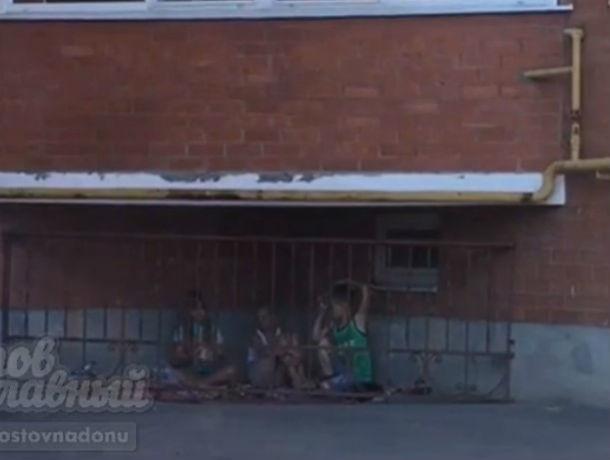 Детей посадили в клетку, решив обезопасить от тлетворного влияния жителей Ростова