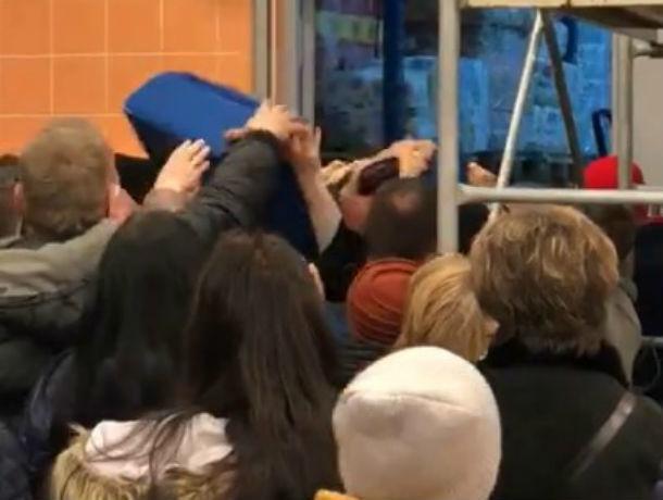 Готовы были рвать друг друга на части из-за чемоданов по акции озверевшие жители Ростова