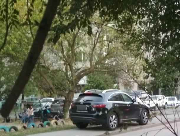 Припарковавшаяся на тротуаре элитная автохамка вынудила детей бросаться под колеса машин в Ростове