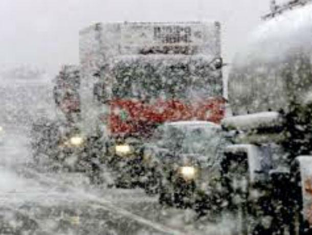 Из-за сильного снегопада ограничили движение на трассах в Ростовской области