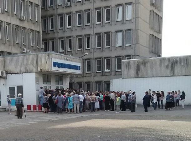 Десятки стариков попали в давку ради талона на прием в ростовской поликлинике на видео