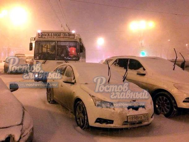 Брошенные в метель автомобили спровоцировали троллейбусную пробку на Театральной площади в Ростове