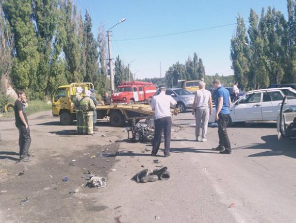 Скоростного байкера на Suzuki «размотало» о две иномарки на трассе Ростовской области
