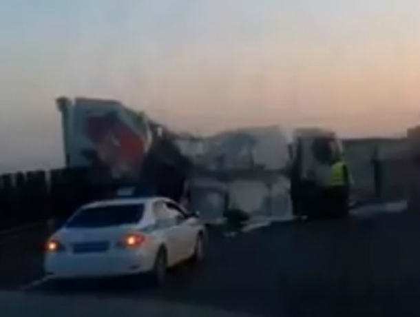 Страшное утреннее ДТП со снесшей разделительный забор на ростовской трассе фурой попало на видео