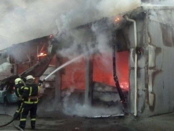 Две иномарки сгорели в автосервисе под Ростовом