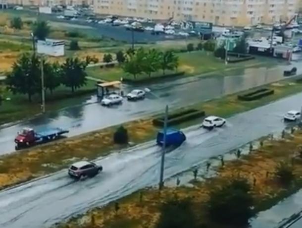 Осторожно плывущие по Левенцовке автомобили после легкого дождя в Ростове попали на видео