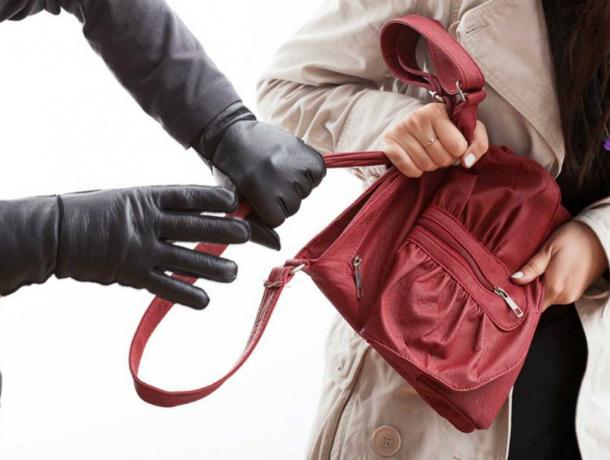 Отчаянно мирясь со своей знакомой, мужчина избил ее и ограбил на 600 тысяч рублей в Ростовской области