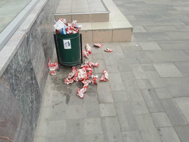 В жуткие мусорные инсталляции превратились позабытые уборщиками урны на День Победы в центре Ростова