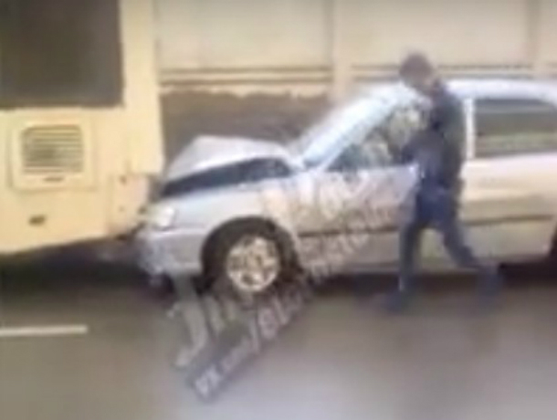 Утренний «поцелуй» иномарки с пассажирским автобусом на скользкой дороге Ростова попал на видео