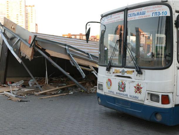 Сломанный автобус «прописался» напротив Ростовского железнодорожного вокзала