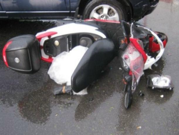 Пассажирка скутера погибла после скоростного наезда иномарки на трассе Ростовской области