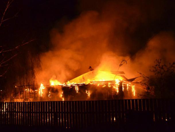 Женщина обгорела до неузнаваемости при пожаре дома в Ростовской области