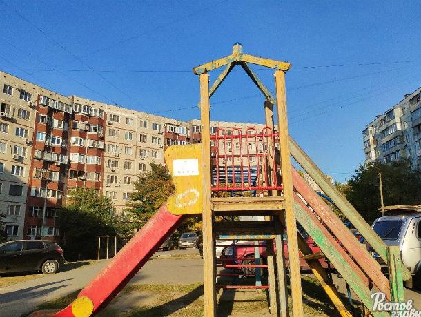 Полуразрушенную и травмоопасную детскую площадку просят починить ростовчане